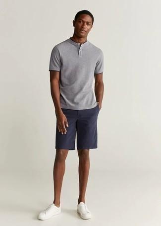Graues T-shirt mit einer Knopfleiste kombinieren – 86 Herren Outfits: Tragen Sie ein graues T-shirt mit einer Knopfleiste und dunkelblauen Shorts, um mühelos alles zu meistern, was auch immer der Tag bringen mag. Weiße Segeltuch niedrige Sneakers sind eine kluge Wahl, um dieses Outfit zu vervollständigen.