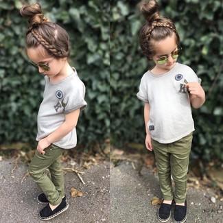 Wie kombinieren: graues T-shirt, olivgrüne Jeans, schwarze Ballerinas