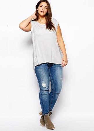 Wie kombinieren: graues Trägershirt, blaue enge Jeans mit Destroyed-Effekten, olivgrüne Wildleder Stiefeletten