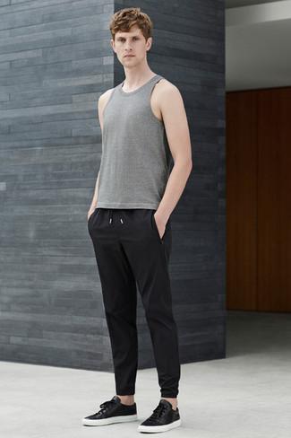 Wie kombinieren: graues Trägershirt, schwarze Jogginghose, schwarze Leder niedrige Sneakers