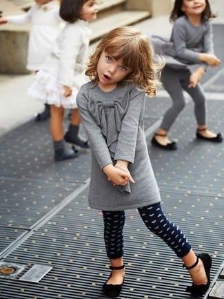 Wie kombinieren: graues Wollkleid, dunkelblaue gepunktete Leggings, schwarze Ballerinas