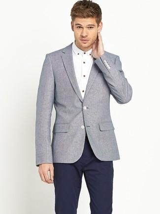 graues Wollsakko, weißes Langarmhemd, dunkelblaue Chinohose für Herren