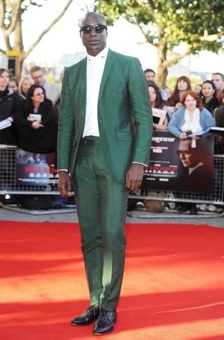 Dermot O'Leary trägt Grüner Anzug, Weißes Businesshemd, Schwarze Leder Oxford Schuhe