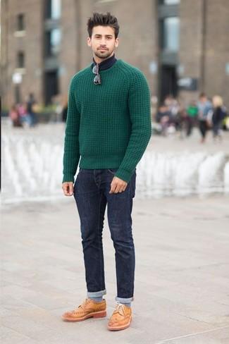 Die Vielseitigkeit von einem grünen Strickpullover und dunkelblauen Jeans machen sie zu einer lohnenswerten Investition. Beige Leder Brogues bringen klassische Ästhetik zum Ensemble.
