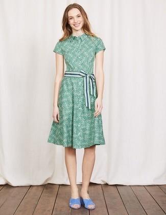 Wie kombinieren  grünes bedrucktes Shirtkleid, hellblaue Wildleder  Pantoletten ec727bee70
