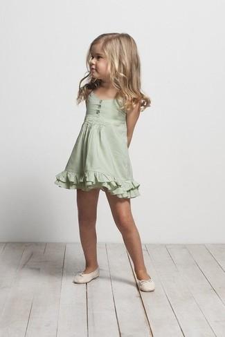 Wie kombinieren: grünes Kleid, hellbeige Ballerinas
