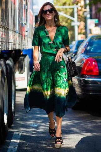 Wie kombinieren: grünes Mit Batikmuster Wickelkleid, schwarze Keilsandaletten aus Segeltuch, schwarze beschlagene Wildleder Beuteltasche