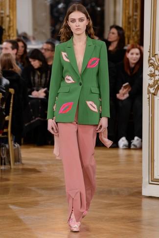 grünes Sakko, rosa weite Hose, rosa Wildleder Stiefeletten für Damen