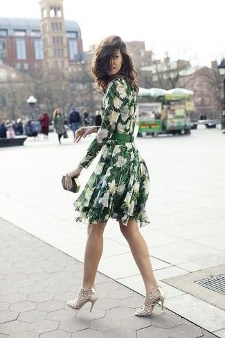 Wie kombinieren: grünes Skaterkleid mit Blumenmuster, goldene Leder Sandaletten, dunkelgrüne Clutch