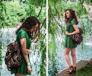 Wie kombinieren: grünes Spitze Freizeitkleid, dunkelbraune Römersandalen aus Leder, brauner Rucksack mit Leopardenmuster