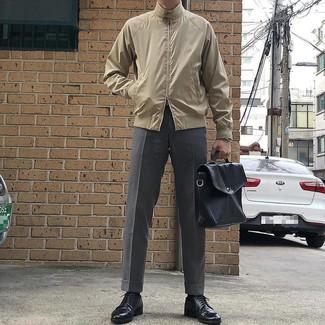 hellbeige Harrington-Jacke, graue Anzughose, schwarze Leder Derby Schuhe, schwarze Leder Aktentasche für Herren