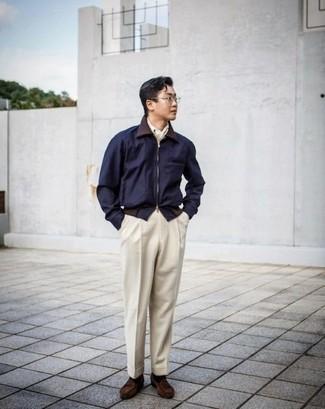 Dunkelblaue Harrington-Jacke kombinieren: trends 2020: Kombinieren Sie eine dunkelblaue Harrington-Jacke mit einer hellbeige Anzughose für eine klassischen und verfeinerte Silhouette. Dunkelbraune Wildleder Slipper mit Quasten sind eine perfekte Wahl, um dieses Outfit zu vervollständigen.