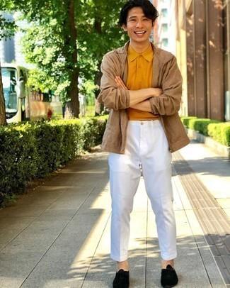 Schwarze Wildleder Oxford Schuhe kombinieren – 36 Herren Outfits: Paaren Sie eine beige Harrington-Jacke mit einer weißen Anzughose für eine klassischen und verfeinerte Silhouette. Fühlen Sie sich ideenreich? Vervollständigen Sie Ihr Outfit mit schwarzen Wildleder Oxford Schuhen.
