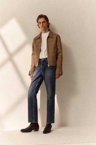 Dunkelbraune Chelsea Boots aus Leder kombinieren – 500+ Herren Outfits: Kombinieren Sie eine beige Harrington-Jacke mit Karomuster mit dunkelblauen Jeans für ein sonntägliches Mittagessen mit Freunden. Wählen Sie dunkelbraune Chelsea Boots aus Leder, um Ihr Modebewusstsein zu zeigen.