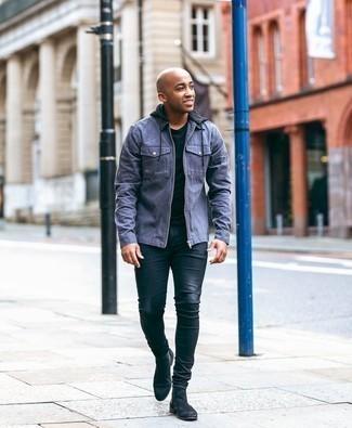 Herren Outfits 2020: Entscheiden Sie sich für ein dunkelblaues T-Shirt mit einem Rundhalsausschnitt für einen entspannten Wochenend-Look.