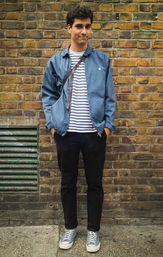 Weißes und dunkelblaues horizontal gestreiftes T-Shirt mit einem Rundhalsausschnitt kombinieren: trends 2020: Kombinieren Sie ein weißes und dunkelblaues horizontal gestreiftes T-Shirt mit einem Rundhalsausschnitt mit einer schwarzen Chinohose für ein bequemes Outfit, das außerdem gut zusammen passt. Hellblaue Segeltuch niedrige Sneakers sind eine ideale Wahl, um dieses Outfit zu vervollständigen.