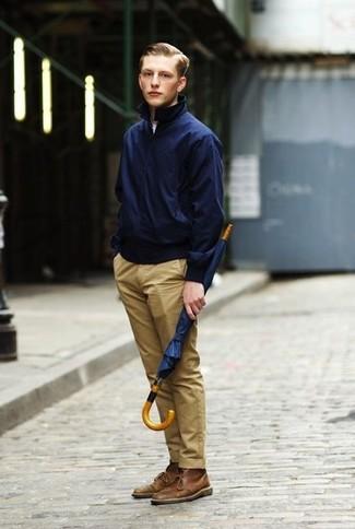 Wie kombinieren: dunkelblaue Harrington-Jacke, weißes T-Shirt mit einem Rundhalsausschnitt, beige Chinohose, braune Chukka-Stiefel aus Leder