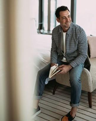 Bootsschuhe kombinieren – 590+ Herren Outfits: Paaren Sie eine dunkelblaue Harrington-Jacke mit Karomuster mit blauen Jeans für ein großartiges Wochenend-Outfit. Dieses Outfit passt hervorragend zusammen mit Bootsschuhen.