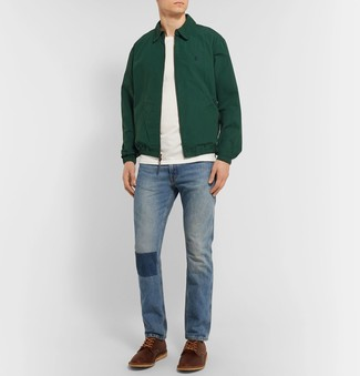 Wie kombinieren: dunkelgrüne Harrington-Jacke, weißes T-Shirt mit einem Rundhalsausschnitt, blaue Jeans, braune Leder Derby Schuhe
