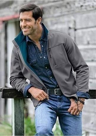 Dunkelblaues Jeanshemd kombinieren: trends 2020: Entscheiden Sie sich für ein dunkelblaues Jeanshemd und blauen Jeans, um mühelos alles zu meistern, was auch immer der Tag bringen mag.