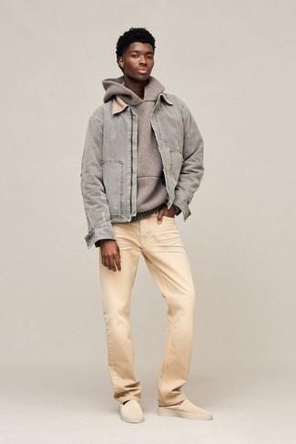 Herren Outfits 2020: Die Kombination von einer grauen Harrington-Jacke und hellbeige Jeans erlaubt es Ihnen, Ihren Freizeitstil klar und einfach zu halten. Ergänzen Sie Ihr Outfit mit hellbeige Wildleder Slippern, um Ihr Modebewusstsein zu zeigen.