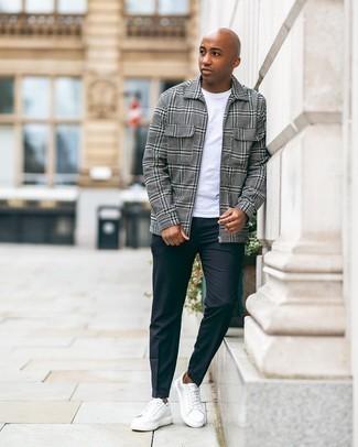 Schwarze Chinohose kombinieren – 500+ Herren Outfits: Paaren Sie eine graue Harrington-Jacke mit Schottenmuster mit einer schwarzen Chinohose für ein sonntägliches Mittagessen mit Freunden. Weiße Leder niedrige Sneakers sind eine großartige Wahl, um dieses Outfit zu vervollständigen.
