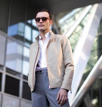 Wie kombinieren: hellbeige Harrington-Jacke, weißes Langarmhemd, graue Wollanzughose, dunkelrote Sonnenbrille