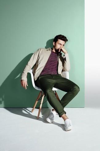 Hellbeige Harrington-Jacke kombinieren: trends 2020: Tragen Sie eine hellbeige Harrington-Jacke und eine dunkelgrüne Chinohose für ein bequemes Outfit, das außerdem gut zusammen passt. Machen Sie diese Aufmachung leger mit weißen Leder niedrigen Sneakers.