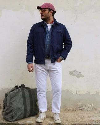 Olivgrüne Segeltuch Reisetasche kombinieren – 15 Herren Outfits: Eine dunkelblaue Harrington-Jacke und eine olivgrüne Segeltuch Reisetasche vermitteln eine sorglose und entspannte Atmosphäre. Fühlen Sie sich mutig? Wählen Sie hellbeige hohe Sneakers aus Segeltuch.