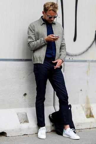 Weiße und grüne Leder niedrige Sneakers kombinieren – 108 Herren Outfits: Paaren Sie eine graue Harrington-Jacke mit einer dunkelblauen Chinohose für ein Alltagsoutfit, das Charakter und Persönlichkeit ausstrahlt. Fühlen Sie sich mutig? Wählen Sie weißen und grünen Leder niedrige Sneakers.
