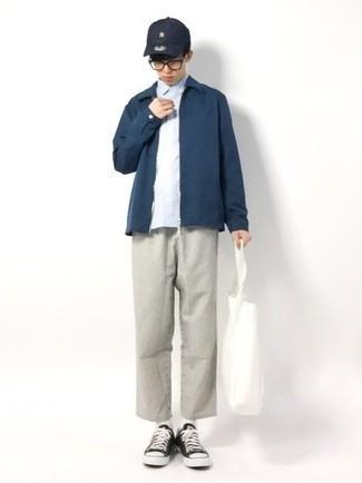 Teenager: Transparente Sonnenbrille kombinieren – 155 Herren Outfits: Für ein bequemes Couch-Outfit, kombinieren Sie eine dunkelblaue Harrington-Jacke mit einer transparenten Sonnenbrille. Vervollständigen Sie Ihr Outfit mit schwarzen und weißen Segeltuch niedrigen Sneakers, um Ihr Modebewusstsein zu zeigen.