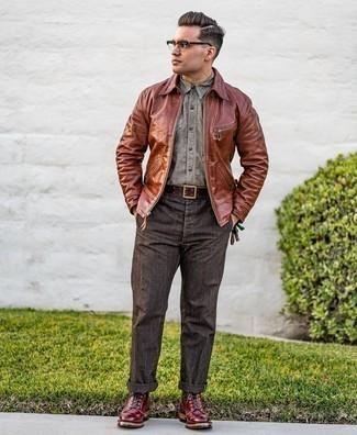 30 Jährige: Dunkelgraue Chinohose kombinieren – 690+ Herbst Herren Outfits: Paaren Sie eine braune Harrington-Jacke mit einer dunkelgrauen Chinohose für ein Alltagsoutfit, das Charakter und Persönlichkeit ausstrahlt. Wählen Sie eine dunkelrote Lederfreizeitstiefel, um Ihr Modebewusstsein zu zeigen. Schon haben wir ein super Outfit in der Übergangszeit.