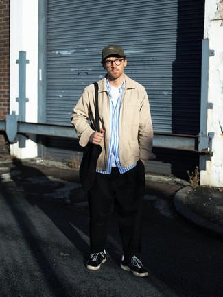 Schwarze Shopper Tasche aus Segeltuch kombinieren – 212 Herren Outfits: Entscheiden Sie sich für Komfort in einer beige Harrington-Jacke und einer schwarzen Shopper Tasche aus Segeltuch. Fühlen Sie sich ideenreich? Entscheiden Sie sich für schwarzen und weißen Segeltuch niedrige Sneakers.