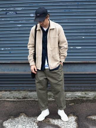 Olivgrüne Chinohose kombinieren – 500+ Herren Outfits: Entscheiden Sie sich für eine hellbeige Harrington-Jacke aus Cord und eine olivgrüne Chinohose für ein bequemes Outfit, das außerdem gut zusammen passt. Machen Sie diese Aufmachung leger mit weißen hohen Sneakers aus Segeltuch.