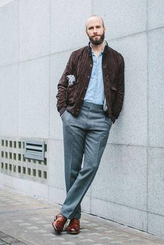 Wie dunkelbraune Harrington-Jacke aus Wildleder mit grauer Wollanzughose zu kombinieren: trends 2020: Entscheiden Sie sich für einen klassischen Stil in einer dunkelbraunen Harrington-Jacke aus Wildleder und einer grauen Wollanzughose. Braune Leder Derby Schuhe sind eine großartige Wahl, um dieses Outfit zu vervollständigen.