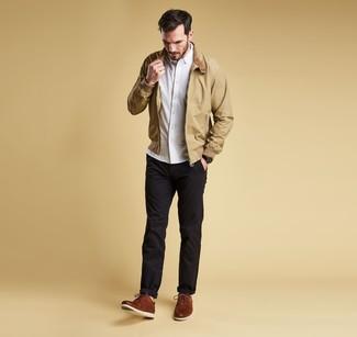 Wie kombinieren: beige Harrington-Jacke, weißes Langarmhemd, schwarze Chinohose, braune Leder Derby Schuhe
