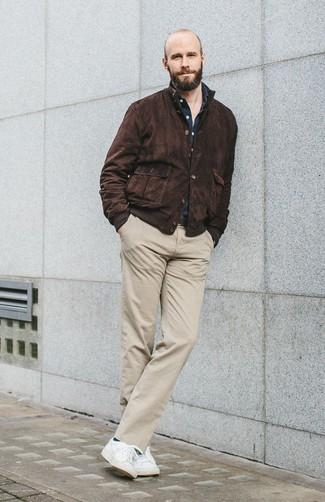 Wie kombinieren: dunkelbraune Harrington-Jacke aus Wildleder, dunkelblaues Langarmhemd, hellbeige Chinohose, weiße niedrige Sneakers