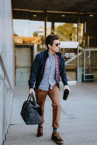 Dunkelgraue Socken kombinieren: trends 2020: Kombinieren Sie eine dunkelblaue Harrington-Jacke mit dunkelgrauen Socken für einen entspannten Wochenend-Look. Fühlen Sie sich mutig? Ergänzen Sie Ihr Outfit mit dunkelbraunen Leder niedrigen Sneakers.