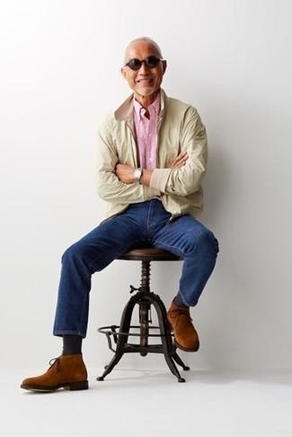 Hellbeige Harrington-Jacke kombinieren: trends 2020: Kombinieren Sie eine hellbeige Harrington-Jacke mit dunkelblauen Jeans für ein großartiges Wochenend-Outfit. Rotbraune Chukka-Stiefel aus Wildleder sind eine ideale Wahl, um dieses Outfit zu vervollständigen.