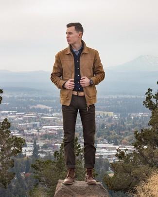 Dunkelbraune Chinohose kombinieren – 1200+ Herren Outfits: Erwägen Sie das Tragen von einer beige Harrington-Jacke und einer dunkelbraunen Chinohose, um mühelos alles zu meistern, was auch immer der Tag bringen mag. Fügen Sie eine dunkelbraune Lederfreizeitstiefel für ein unmittelbares Style-Upgrade zu Ihrem Look hinzu.