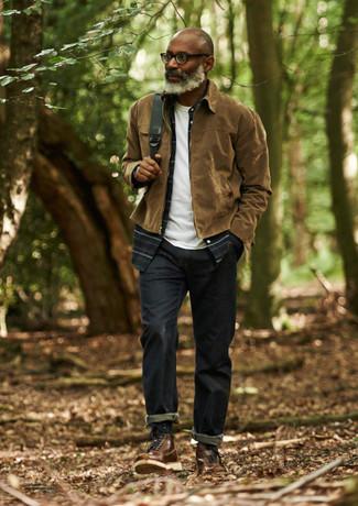 Wie kombinieren: braune Harrington-Jacke, dunkelblaues Langarmhemd mit Schottenmuster, weißes T-Shirt mit einem Rundhalsausschnitt, dunkelblaue Jeans