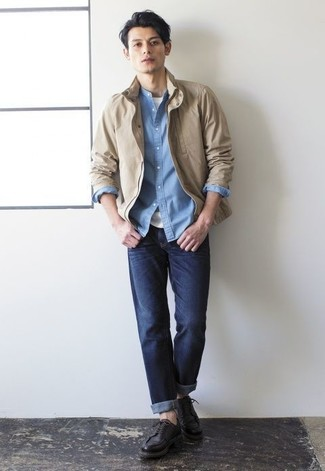 Hellblaues Chambray Langarmhemd kombinieren: trends 2020: Paaren Sie ein hellblaues Chambray Langarmhemd mit dunkelblauen Jeans, um mühelos alles zu meistern, was auch immer der Tag bringen mag. Setzen Sie bei den Schuhen auf die klassische Variante mit schwarzen Leder Derby Schuhen.
