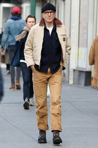 Hellbeige Harrington-Jacke kombinieren: trends 2020: Tragen Sie eine hellbeige Harrington-Jacke und eine beige Chinohose für ein großartiges Wochenend-Outfit. Eine schwarze Lederfreizeitstiefel putzen umgehend selbst den bequemsten Look heraus.