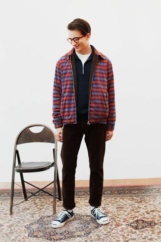 Mehrfarbige Harrington-Jacke kombinieren – 14 Herren Outfits: Entscheiden Sie sich für eine mehrfarbige Harrington-Jacke und eine dunkelbraune Chinohose für einen bequemen Alltags-Look. Wenn Sie nicht durch und durch formal auftreten möchten, komplettieren Sie Ihr Outfit mit dunkelblauen und weißen Segeltuch niedrigen Sneakers.