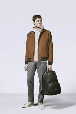 Wie kombinieren: braune Wollharrington-jacke, hellbeige Strick Pullover mit einem Kapuze, graue Wollanzughose, hellbeige niedrige Sneakers
