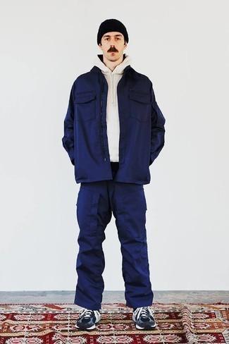 Weißen Pullover mit einem Kapuze kombinieren – 127 Herren Outfits: Kombinieren Sie einen weißen Pullover mit einem Kapuze mit einer dunkelblauen Cargohose für einen entspannten Wochenend-Look. Fühlen Sie sich ideenreich? Komplettieren Sie Ihr Outfit mit dunkelblauen Sportschuhen.