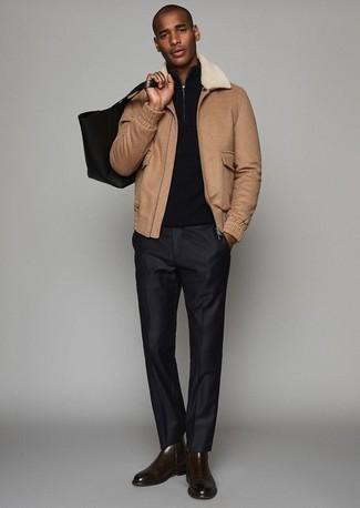 Schwarze Anzughose kombinieren: trends 2020: Vereinigen Sie eine beige Harrington-Jacke mit einer schwarzen Anzughose für eine klassischen und verfeinerte Silhouette. Dunkelbraune Chelsea Boots aus Leder fügen sich nahtlos in einer Vielzahl von Outfits ein.