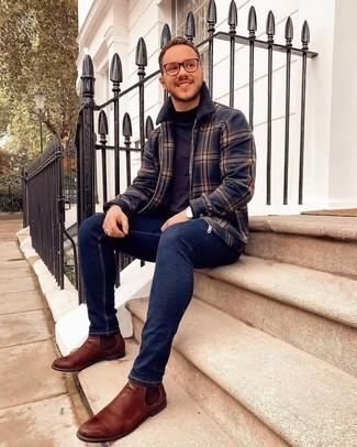 Dunkelblauen Pullover mit einem Rundhalsausschnitt kombinieren – 500+ Herren Outfits: Entscheiden Sie sich für einen dunkelblauen Pullover mit einem Rundhalsausschnitt und dunkelblauen enge Jeans, um mühelos alles zu meistern, was auch immer der Tag bringen mag. Fühlen Sie sich ideenreich? Wählen Sie braunen Chelsea Boots aus Leder.