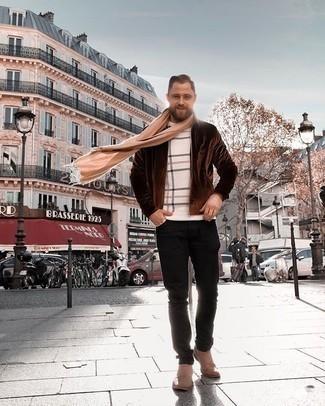 Beige Schal kombinieren – 193 Herren Outfits: Kombinieren Sie eine dunkelbraune Harrington-Jacke mit einem beige Schal für einen entspannten Wochenend-Look. Machen Sie Ihr Outfit mit beige Chelsea Boots aus Wildleder eleganter.