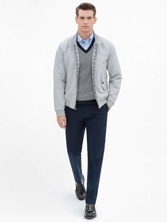Wie kombinieren: graue Harrington-Jacke, grauer Pullover mit einem V-Ausschnitt, hellblaues Langarmhemd mit Vichy-Muster, dunkelblaue Anzughose